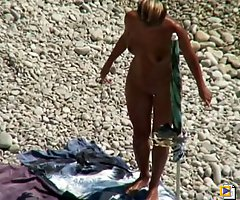 Naked hottie caught on sea beach spy cam